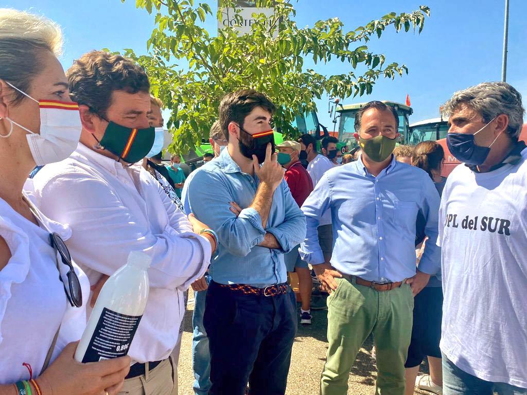 2-Tres-diputados-nacionales-de-VOX-acuden-a-la-manifestacion-de-ganaderos-de-Talavera-revista-love-talavera
