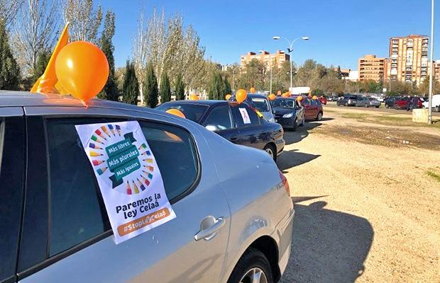 mas-de-500-vehiculos-manifestacion-ley-celaa-talavera-revista-love-talavera
