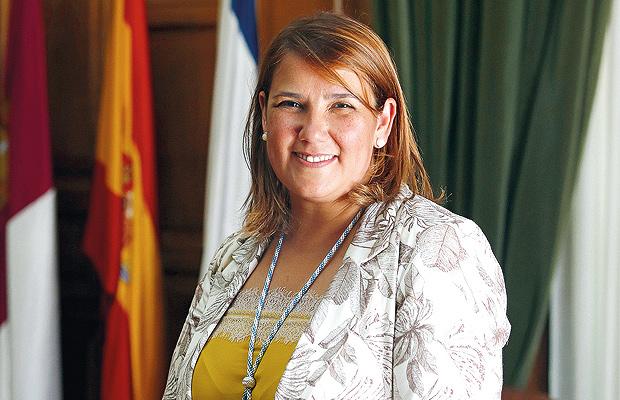 saluda-alcaldesa-tita-garcia-elez-revista-love-talavera