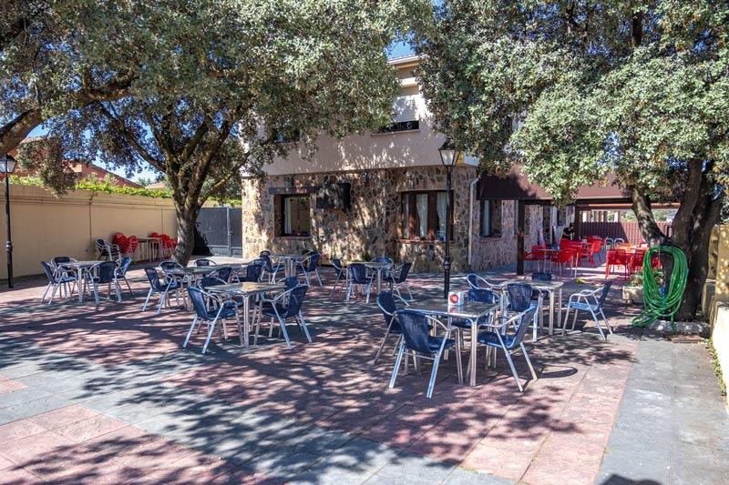 terraza-exterior-restaurante-las-encinas-revista-love-talavera