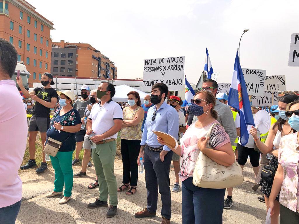 vox-protesta-a-favor-soterrar-vias-del-ave-talavera-revista-love-talavera